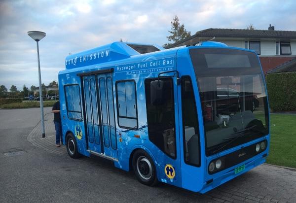 Klein busje door binnenstad Groningen