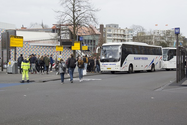 Botsing tussen auto en treinvervangende bus