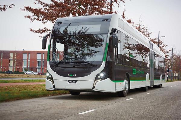 Elektrische bus laadt voor het eerst op